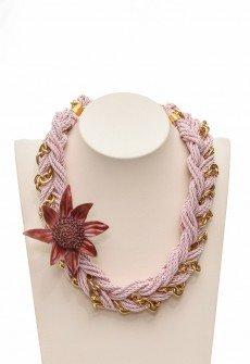 Κοντό χειροποίητο κολιέ από στριφτό κορδόνι πλεγμένο σε αλυσίδα χρυσού χρώματος με αποσπώμενη δερμάτινη καρφίτσα-λουλούδι.