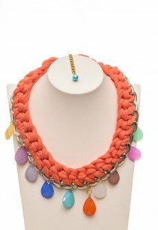 Κοντό χειροποίητο πλεκτό κολιέ από πορτοκαλί υφασμάτινο κορδόνι πλεγμένο σε αλυσίδα χρυσού χρώματος και ακρυλικά δάκρυα σε διάφορα χρώματα.