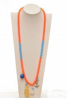 Μακρύ χειροποίητο κολιέ σε άσπρο-μπλε και πορτοκαλί με διακοσμητικά στοιχεία.